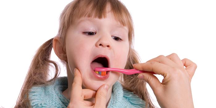 歯に残る食べかすを取り除く