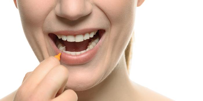 歯間がスッキリ! 歯間ブラシと糸ようじの正しい使い方
