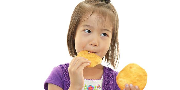 硬いものを食べると歯並びが良くなる? 歯並びは治る?