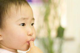 子どもの頃の「爪を噛む癖」が歯並びに影響!?対策方法は?