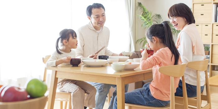 食事中の姿勢が歯並びに影響する? 成長に合わせた座り方の工夫を紹介