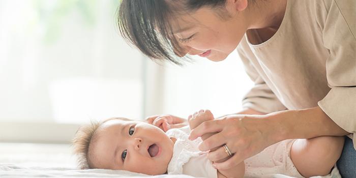 赤ちゃんの世話をする女性